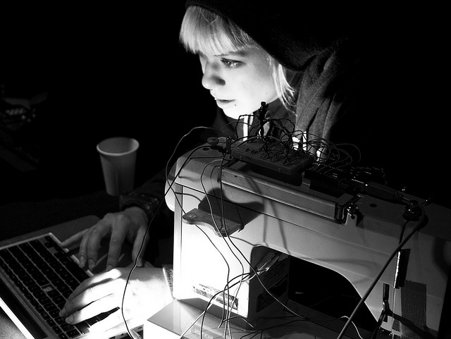 Experimental musician Lara Grant / Ciruit Bending Orchestra, Photo: Flickr user See-ming Lee, CC BY 2.0