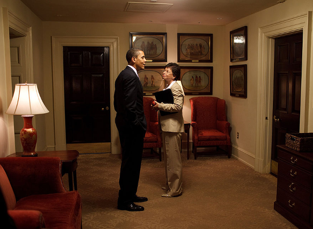 It's okay, guys -- there's a photographer there to make sure nothing happens. Photo: Wikimedia Commons / White House (Pete Souza) / Maison Blanche (Pete Souza) - The Official White House Photostream, Public Domain