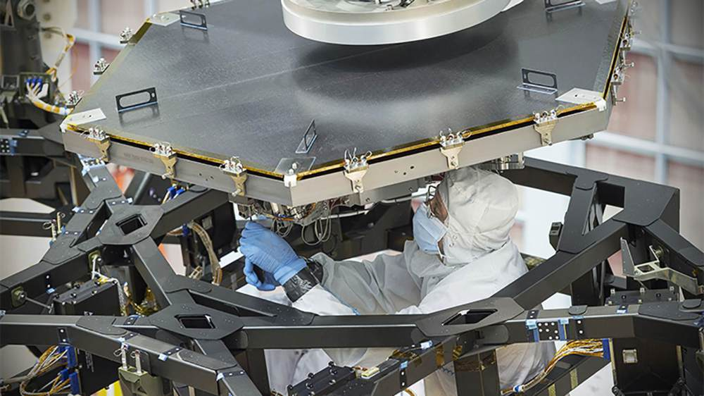 Installation of the first mirror | Photo: NASA / Chris Gunn