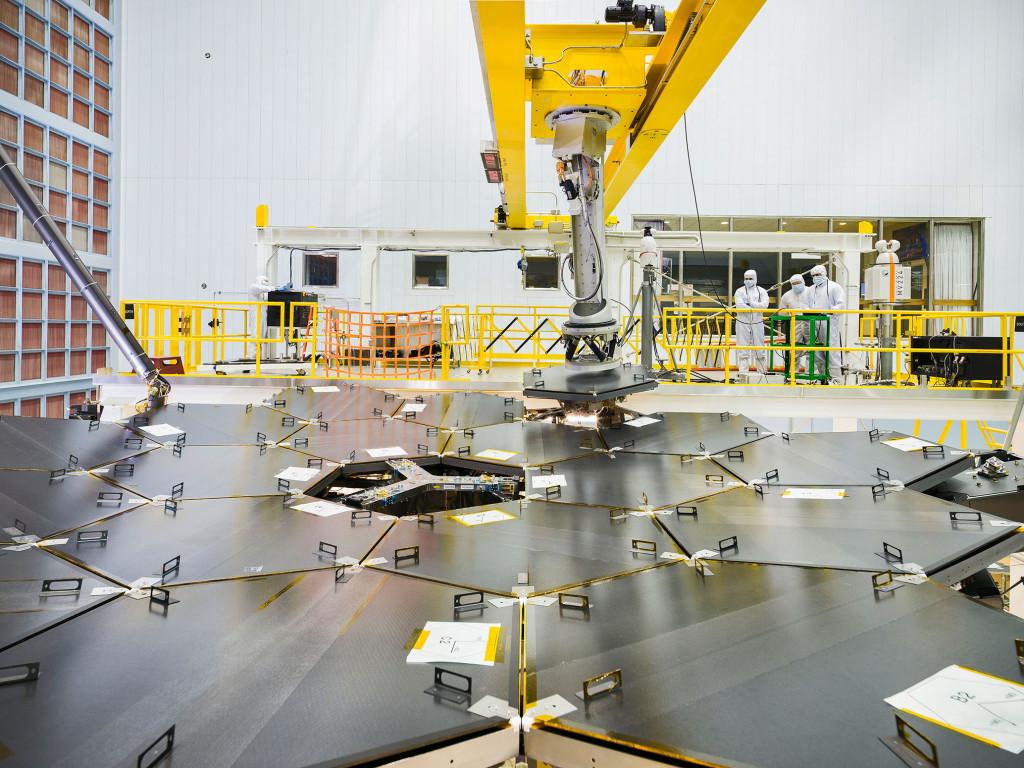 The JWST's final mirror going into place | Photo: NASA, Chris Gunn