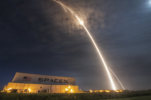 CRS-9 long exposure of the launch and first-stage return | Photo: SpaceX, CC0 (public domain)